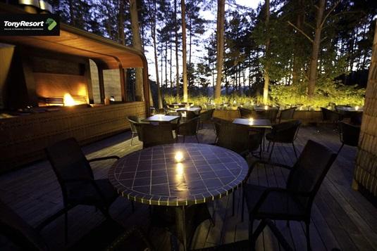 """""""Tony Resort"""": nuo romantiškos vakarienės iki įtraukiančių pokerio žaidimų"""