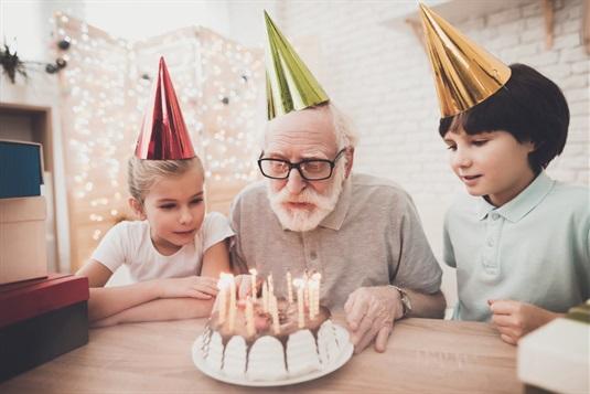 Dovanos senjorams: idėjos ką dovanoti gimtadienio, krikštynų ar kita proga