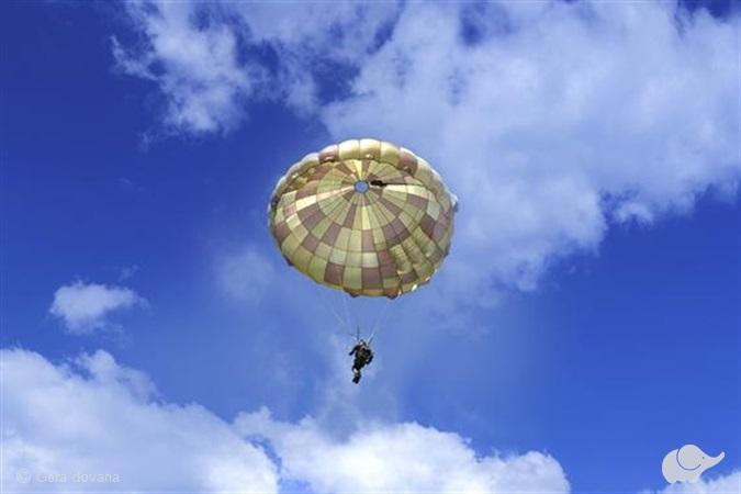 Šuolis kupolo tipo parašiutu