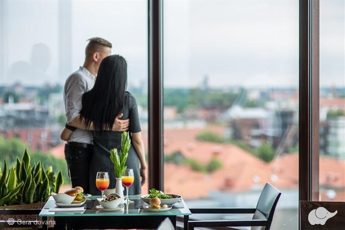 Vakarienė panoraminiame restorane pajūryje
